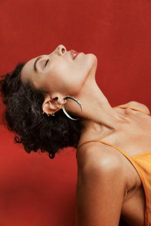 modelo con maxi candongas plata inspiradas en la luna creciente, con combo de orejeras. Parte de la Colección No.4 de Aysha Bilgrami Joyeria. Imagen de Campaña de Colección No.4  de Aysha Bilgrami Joyeria por Daniella Benedetti