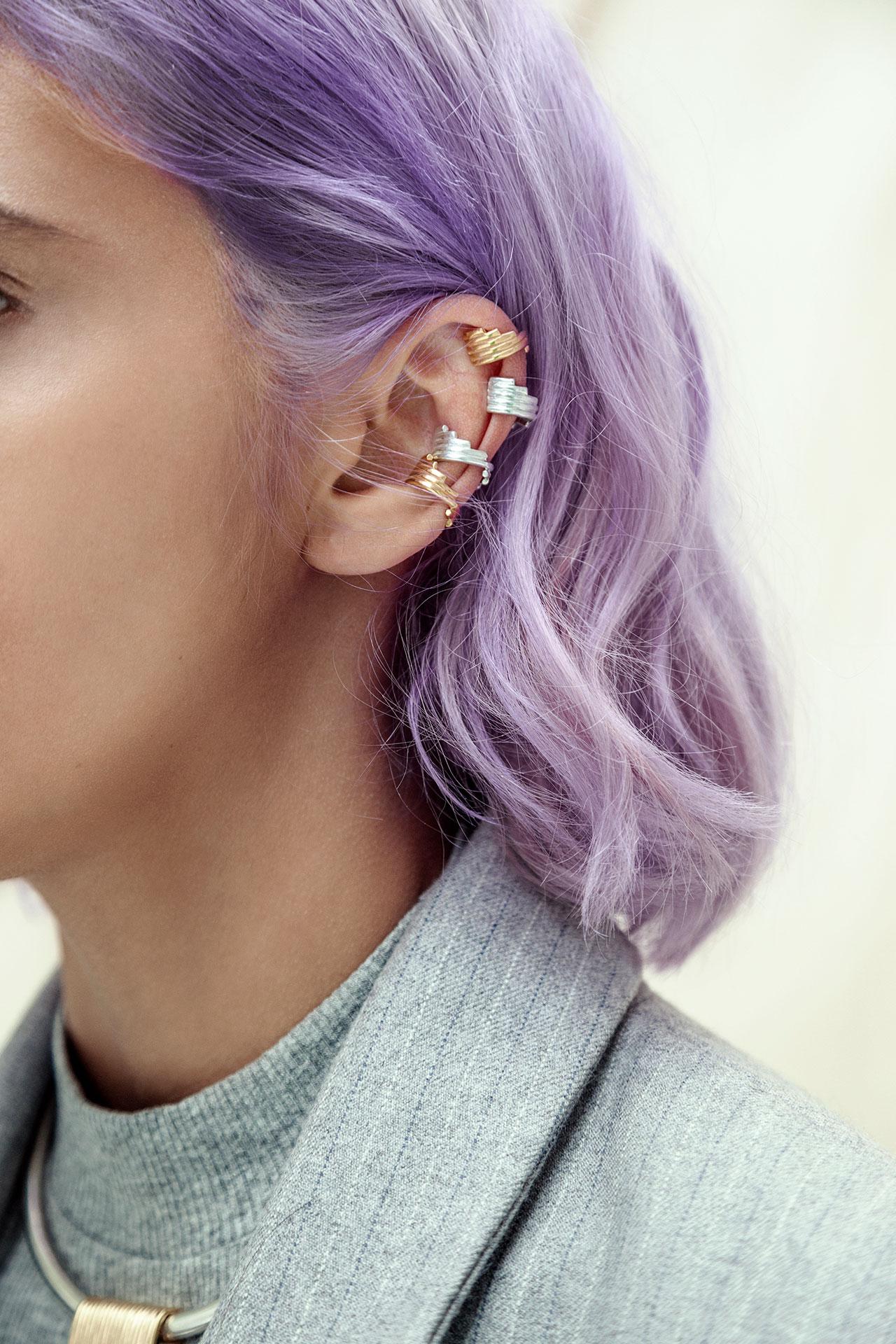 Modelo de pelo morado con cuatro orejeras en plata y plata con baño en oro de Joyeria Aysha Bilgrami. Imagen de Campaña de Colección No.8  de Aysha Bilgrami Joyeria por Daniella Benedetti