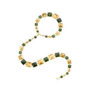Collar dorado de piezas cuadradas y jade Canadiense, inspirado en los chumbes de los Inga de Putumayo. Este puede ser usado largo, doble, como gargantilla con una tira colgante y cinturón. Parte de la Colección No.7 de Aysha Bilgrami Joyeria