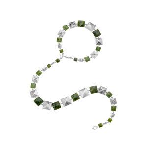 Collar en plata de piezas cuadradas y jade Canadiense, inspirado en los chumbes de los Inga de Putumayo. Este puede ser usado largo, doble, como gargantilla con una tira colgante y cinturón. Parte de la Colección No.7 de Aysha Bilgrami Joyeria