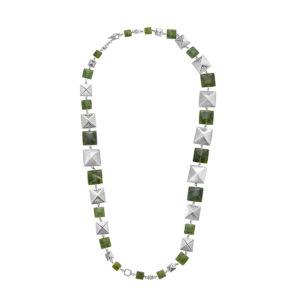 Collar en plata largo de piezas cuadradas y jade Canadiense, inspirado en los chumbes de los Inga de Putumayo. Este puede ser usado largo, doble, como gargantilla con una tira colgante y cinturón. Parte de la Colección No.7 de Aysha Bilgrami Joyeria