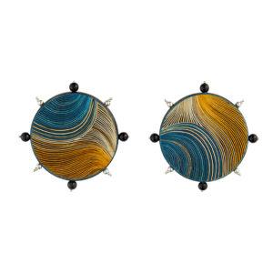 Aretes disco azul y amarillo con esferas en onix y plata, realizados con la técnica de Pasto, Nariño Enchape en Tamo. Parte de la Colección cápsula de enchape en tamo de Aysha Bilgrami Joyeria