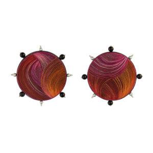 Aretes disco fucsia y naranja con esferas en onix y plata, realizados con la técnica de Pasto, Nariño Enchape en Tamo. Parte de la Colección cápsula de enchape en tamo de Aysha Bilgrami Joyeria