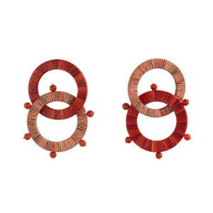aretes rojos compuestos de Aros entrelazados en madera con enchape en tamo y piedras semi preciosas. Técnica realizada por los artesanos de Pasto, Nariño, al sur de Colombia. Parte de la Colección cápsula de enchape en tamo de Aysha Bilgrami Joyeria
