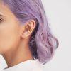 modelo utilizando Dos orejeras geometricas, Parte de la Colección 5 de Aysha Bilgrami Joyeria