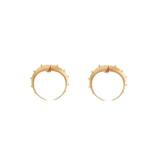 Par de candongas doradas, versión pequeña de nuestras candongas insignia Crescent hoops, una pieza icónica para todos los días.Parte de la Colección No.4 de Aysha Bilgrami Joyeria