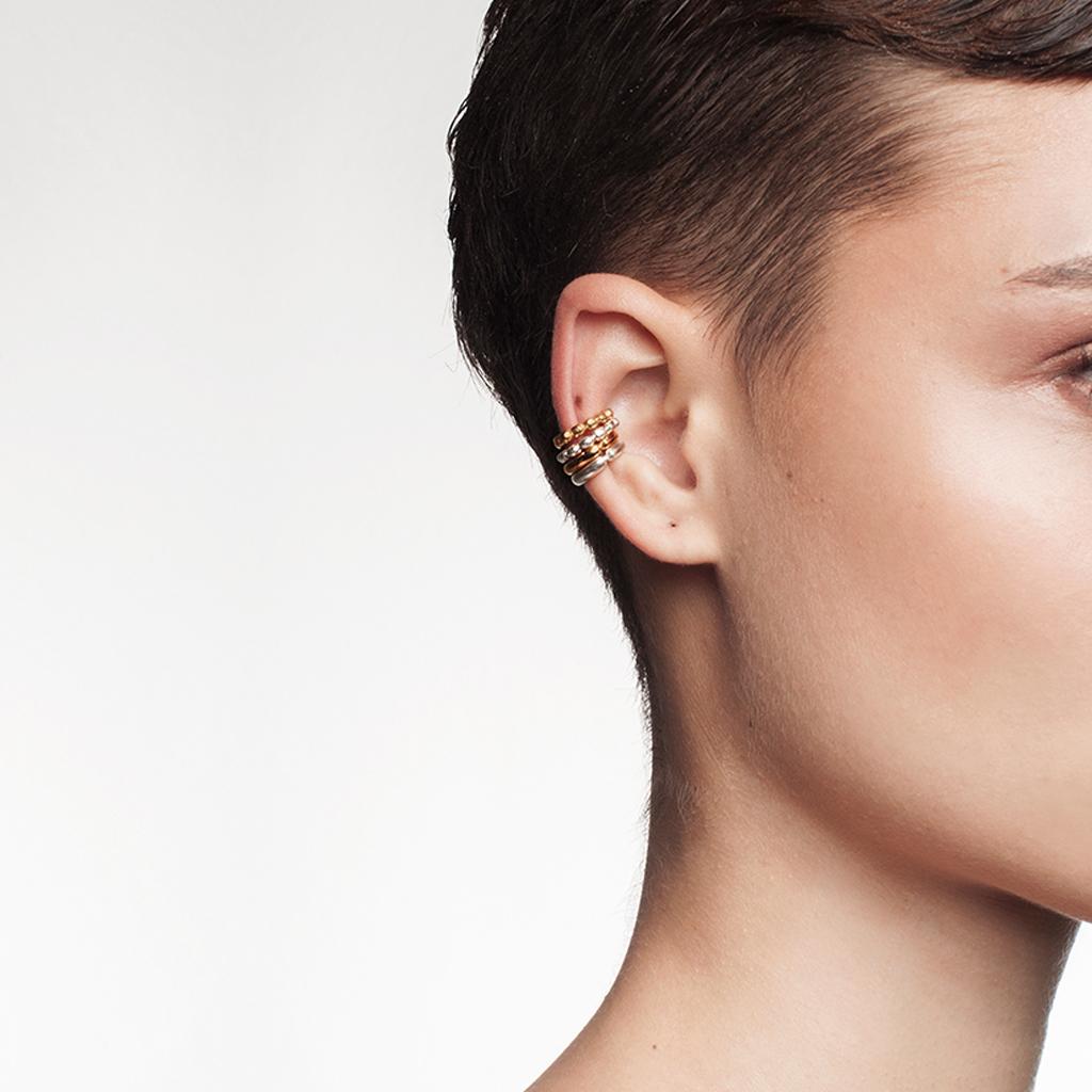 Modelo utilizando cuatro orejeras pequeñas. argollas compuestas de esferas en plata y plata con baño en oro. Parte de la Colección 6 de Aysha Bilgrami Joyeria