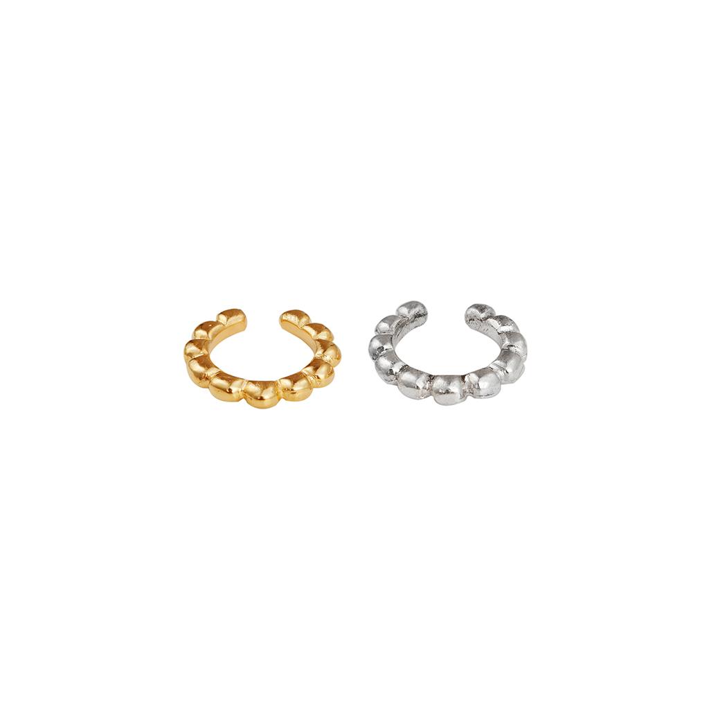 Dos orejeras pequeñas. argollas compuestas de esferas en plata y plata con baño en oro. Parte de la Colección 6 de Aysha Bilgrami Joyeria