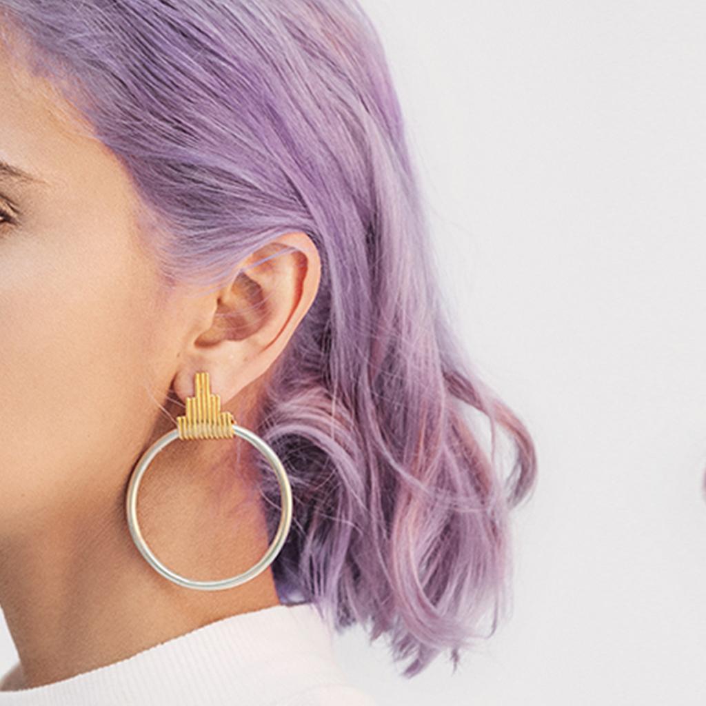 modelo con pelo morado usando candonga bi color con topo geométrico inspirado en los diferentes tejidos y patrones de los tapetes Kilim.Parte de la Colección No.8 de Aysha Bilgrami Joyeria