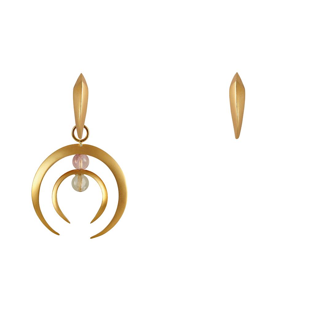 Mini candongas doradas, con un dije en media lunas dobles doradas. Parte de la Colección No.7 de Aysha Bilgrami Joyeria