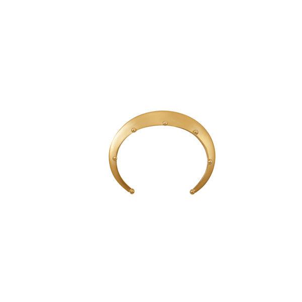 Pulsera dorada triangular con pequeñas esferas, una pieza icónica para todos los días. Parte de la Colección No.7 de Aysha Bilgrami Joyeria