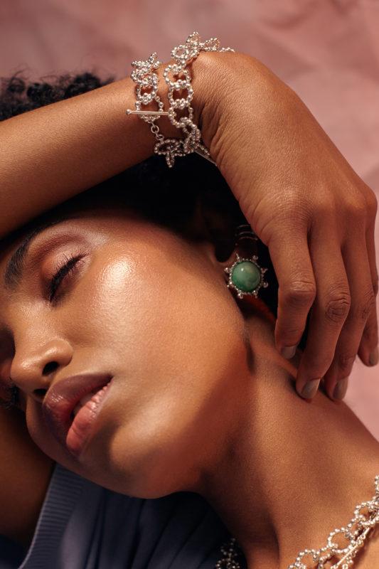 modelo con topos verdes y pulseras de cadena Parte de la Colección 8 de Aysha Bilgrami Joyeria. Imagen de Campaña de Colección No.7  de Aysha Bilgrami Joyeria por Daniella Benedetti