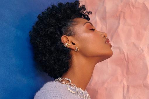 Modelo con suetes azul, candongas, orejeras y collar Parte de la Colección 8 de Aysha Bilgrami Joyeria Imagen de Campaña de Colección No.8  de Aysha Bilgrami Joyeria por Daniella Benedetti