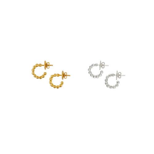 dos pares de mini candongas doradas y plateadas. Parte de la Colección No.8 de Aysha Bilgrami Joyeria