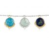tres dijes redondos en tonalidades de verdes y azules colgando de una cadena en plata. Parte de la Colección No.8 de Aysha Bilgrami Joyeria