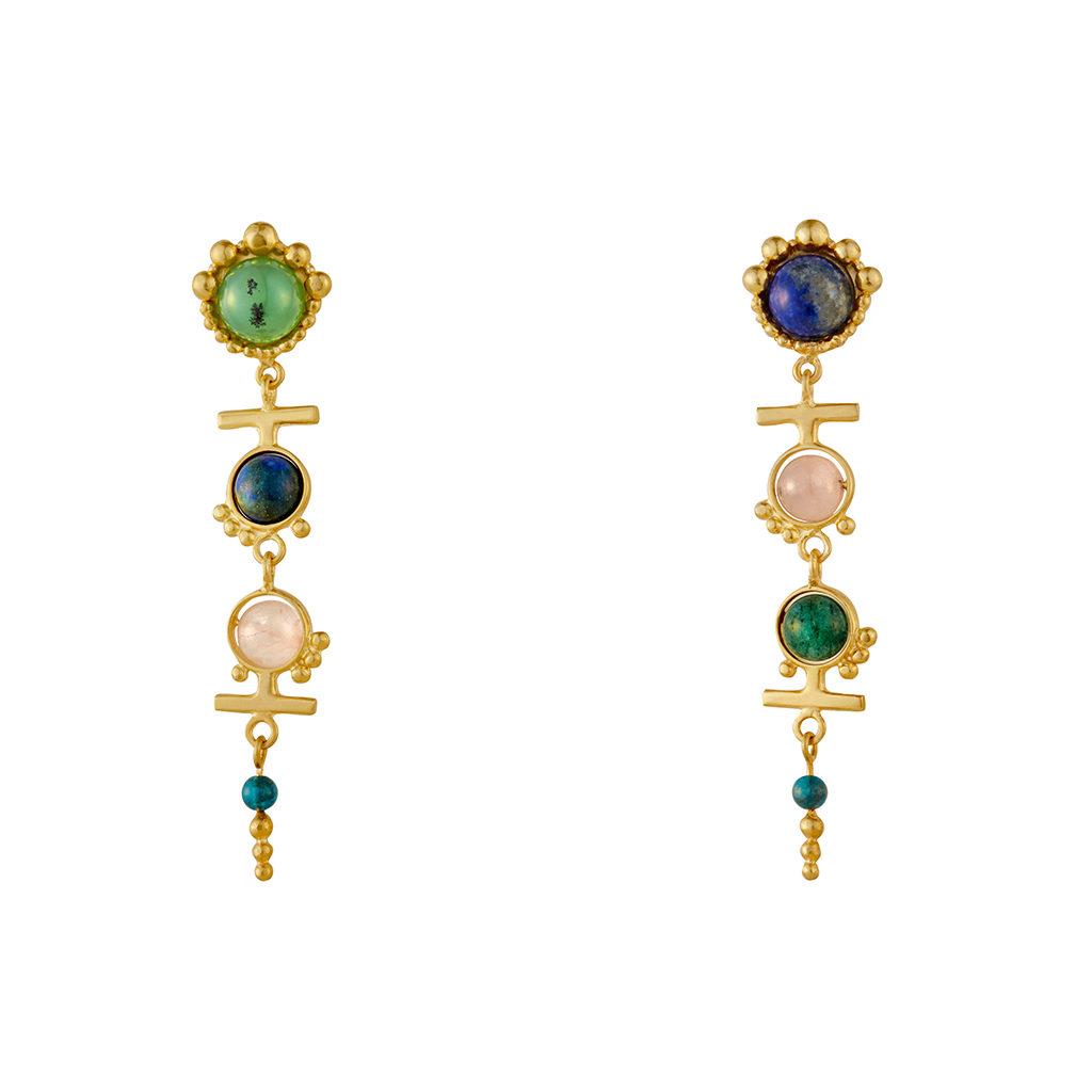 Aretes largos en plata con baño en oro llenos de piedras semi preciosas coloridas. Parte de la Colección 8 de Aysha Bilgrami Joyeria
