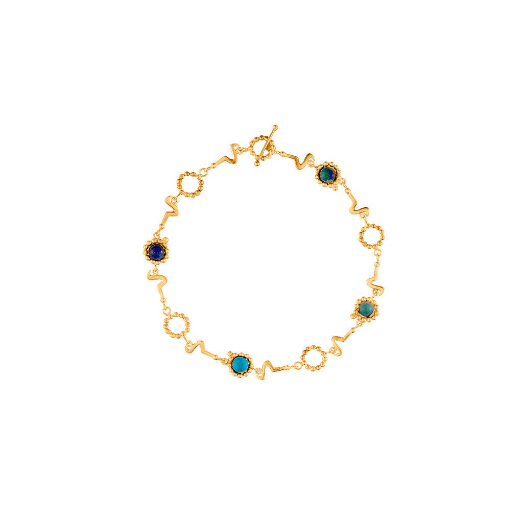 collar corto dorado con piedras semi preciosas inspirado en la forma de los sonidos de las vocales en diferentes idiomas. Parte de la Colección No.8 de Aysha Bilgrami Joyeri