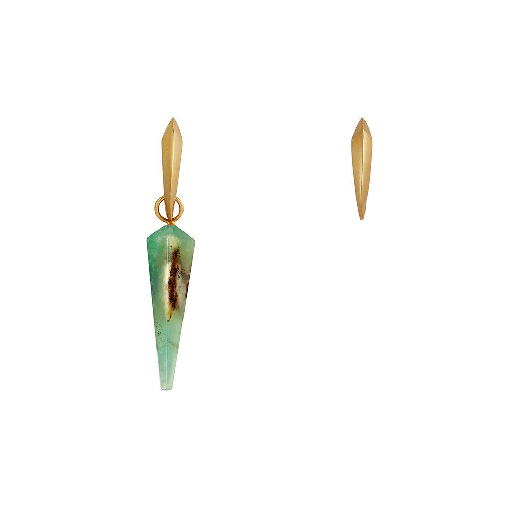 Mini candongas doradas piramidales, con un dije piramidal verde de crisoprasio. Parte de la Colección No.8 de Aysha Bilgrami Joyeria