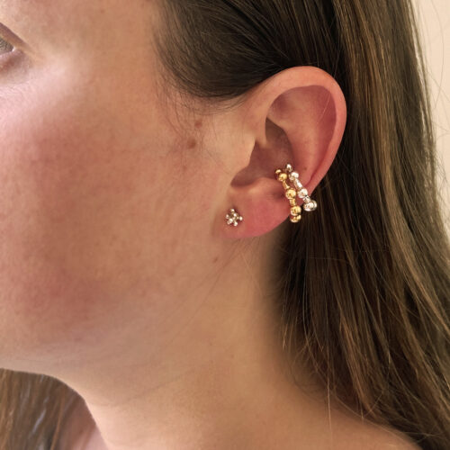 LADY WITH TWO EAR CUFFS ANS A LITTLE STUD, ALL IN SILVER AN GOLD